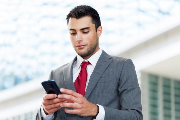 Retrato, de, um, homem negócios, usando, seu, telefone móvel