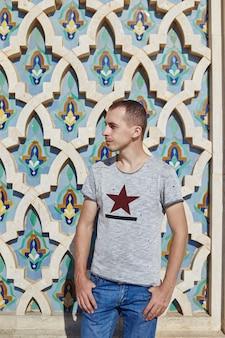 Retrato de um homem no fundo da mesquita hassan ii em marrocos, casablanca