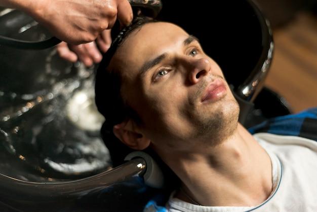 Retrato, de, um, homem, obtendo, seu, cabelo lavado