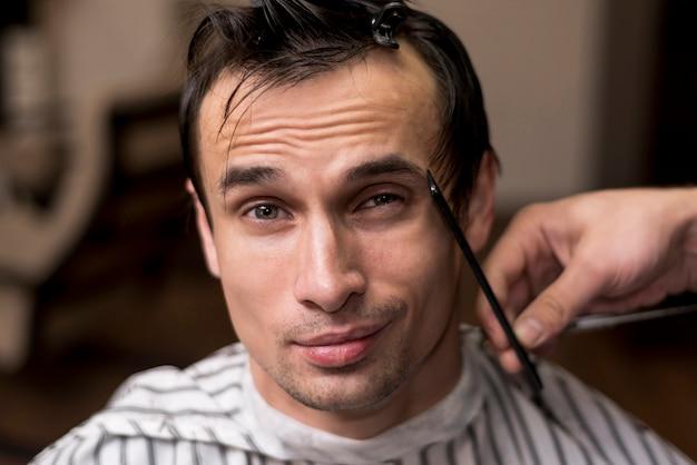 Retrato, de, um, homem, obtendo, um, corte cabelo