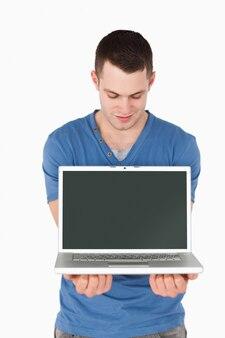 Retrato de um homem olhando para um laptop