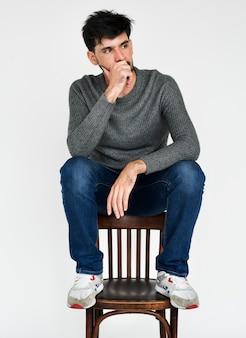 Retrato, de, um, homem pensa, enquanto, sentando uma cadeira