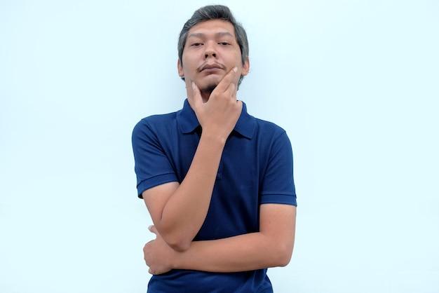 Retrato de um homem pensativo em pé junto à parede