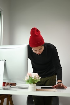 Retrato de um homem que o designer gráfico está trabalhando