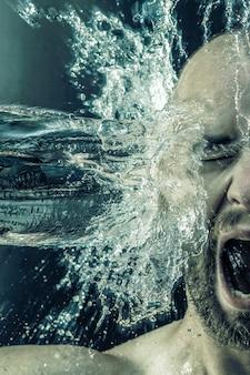 Retrato, de, um, homem, recebendo, um, balde água, em, seu, rosto
