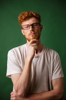 Retrato de um homem ruivo pensativo em óculos