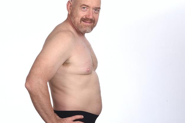 Retrato de um homem sem camisa em fundo branco, vista lateral