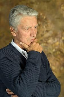 Retrato de um homem sênior pensante close-up