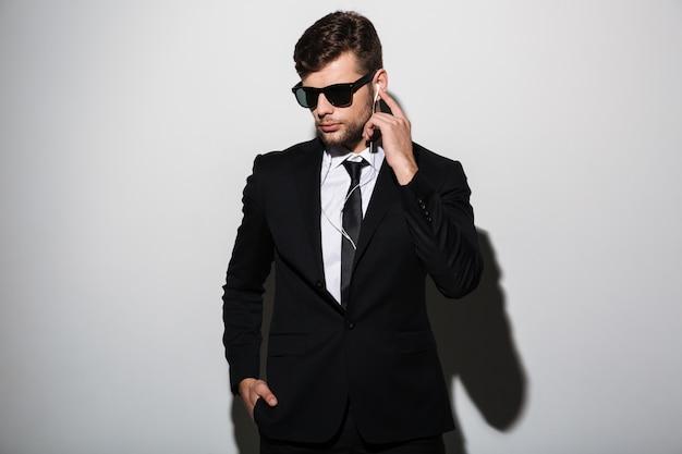 Retrato de um homem sério e concentrado de terno