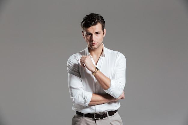 Retrato de um homem sério e concentrado na camisa branca