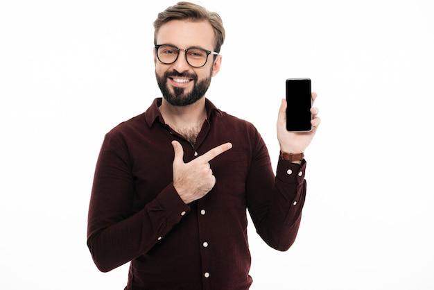 Retrato de um homem sorridente alegre apontando