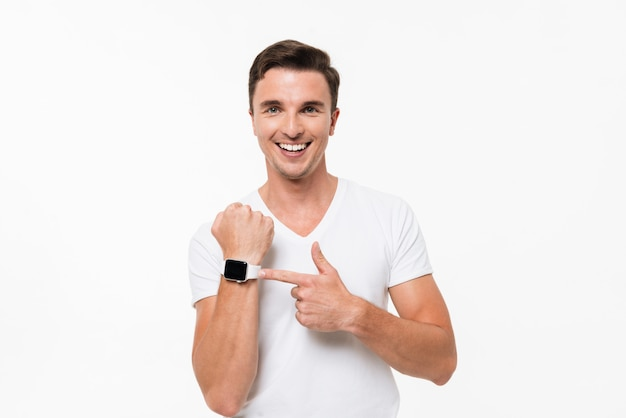 Retrato de um homem sorridente, apontando o dedo no relógio inteligente