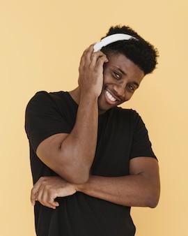 Retrato de um homem sorridente com fones de ouvido