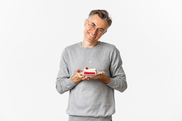 Retrato de um homem sorridente de meia-idade, parecendo emocionado e feliz