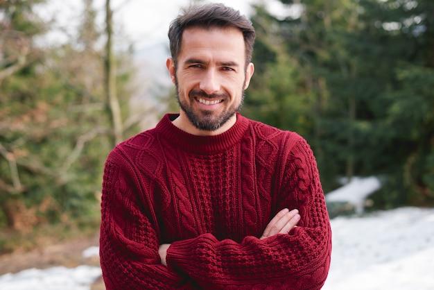 Retrato de um homem sorridente na floresta