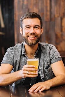 Retrato, de, um, homem sorridente, segurando, copo cerveja
