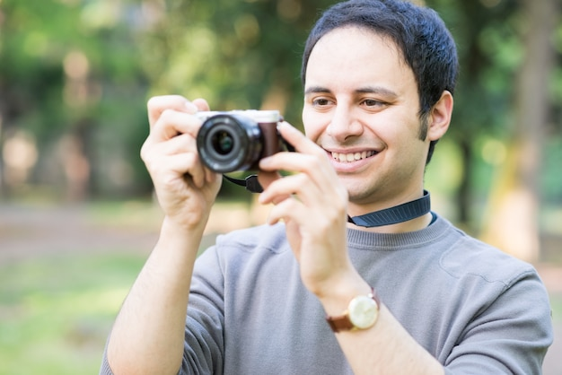 Retrato, de, um, homem sorridente, usando, um, mirrorless, câmera