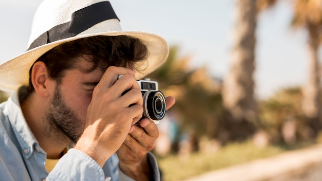 Retrato de um homem tirando fotos