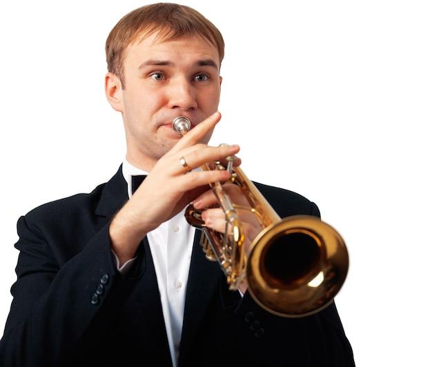 Retrato de um homem tocando sua trombeta