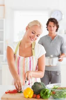 Retrato de um homem trazendo uma caldeira para sua namorada