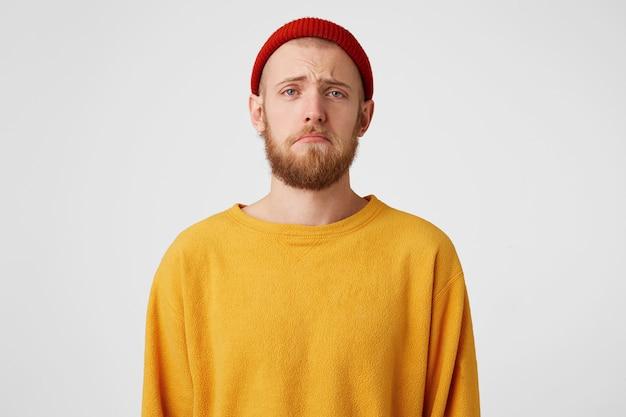 Retrato de um homem triste e barbudo parecendo chateado