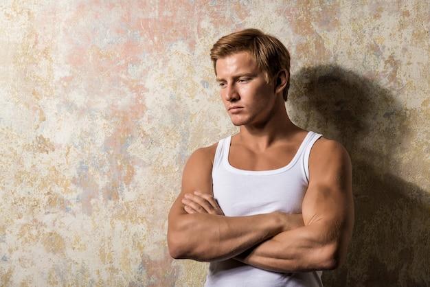 Retrato de um homem triste em pé perto de uma parede