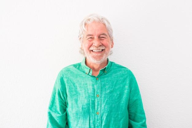 Retrato de um homem velho e maduro olhando para a câmera, sorrindo e rindo - sênior feliz com fundo branco