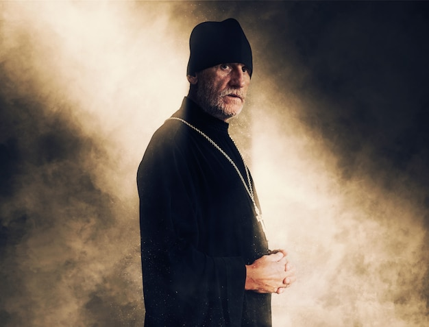 Retrato, de, um, idoso, padre, com, cabelo cinzento, em, roupa preta
