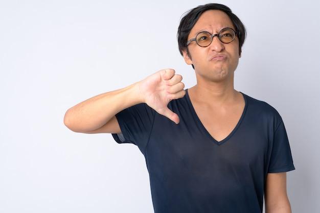 Retrato de um japonês estressado fazendo sinal de negativo