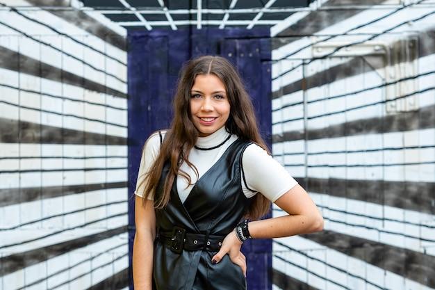 Retrato de um jovem adolescente engraçado glamour na parede de um túnel tridimensional 3d