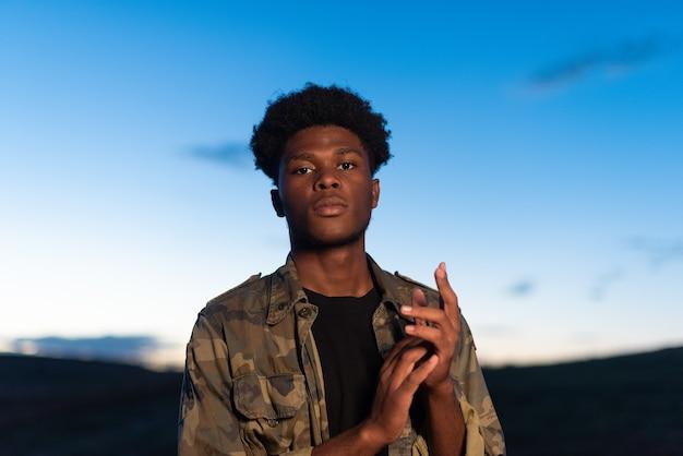 Retrato de um jovem africano com atitude confiante