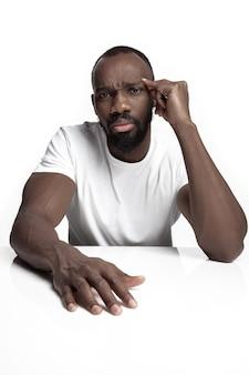 Retrato de um jovem africano sério no estúdio.
