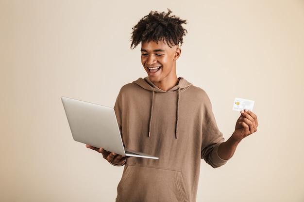 Retrato de um jovem afro-americano alegre