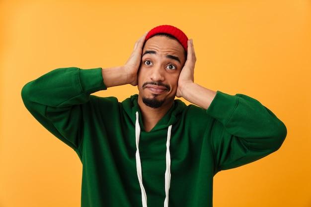 Retrato de um jovem afro-americano chocado no chapéu