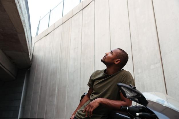 Retrato de um jovem afro-americano concentrado