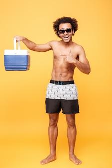 Retrato de um jovem afro-americano em shorts de verão