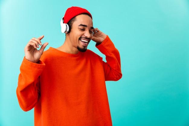 Retrato de um jovem afro-americano feliz no chapéu