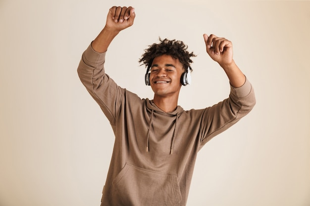 Retrato de um jovem afro-americano feliz