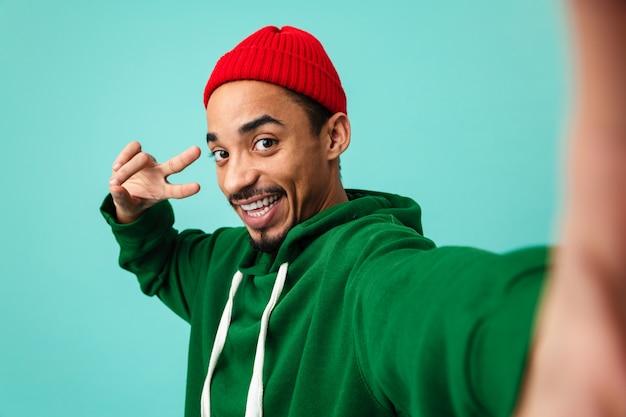 Retrato de um jovem afro-americano sorridente no chapéu