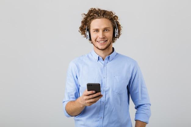 Retrato de um jovem alegre com cabelos cacheados
