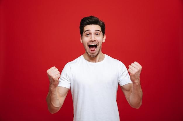 Retrato de um jovem alegre em camiseta branca