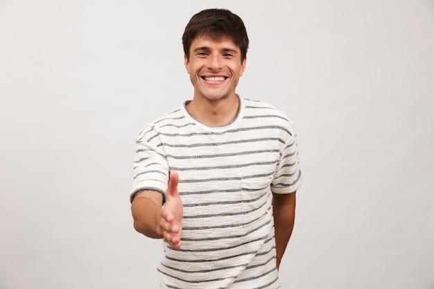 Retrato de um jovem alegre em pé