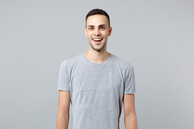 Retrato de um jovem alegre espantado com roupas casuais, de boca aberta