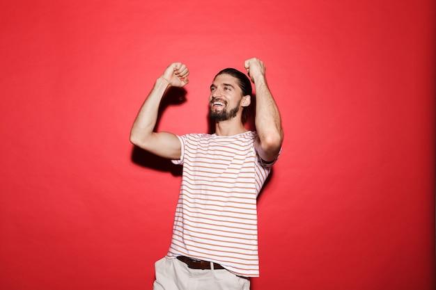 Retrato de um jovem alegre isolado no vermelho