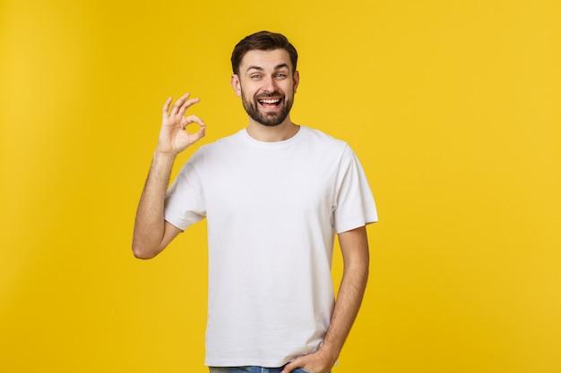 Retrato de um jovem alegre, mostrando o gesto bem isolado