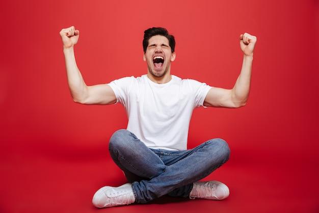 Retrato de um jovem alegre na sessão de camiseta branca