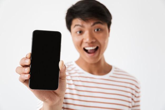 Retrato de um jovem asiático animado