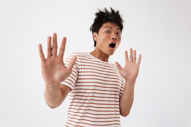 Retrato de um jovem asiático assustado
