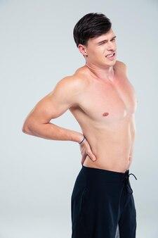 Retrato de um jovem atlético com dor nas costas isolada