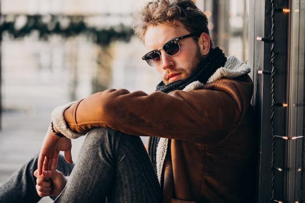 Retrato de um jovem barbudo bonito